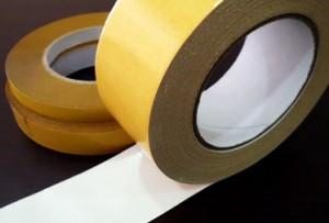 resíduos da fita adesiva