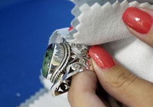 Limpeza de bijutaria de prata